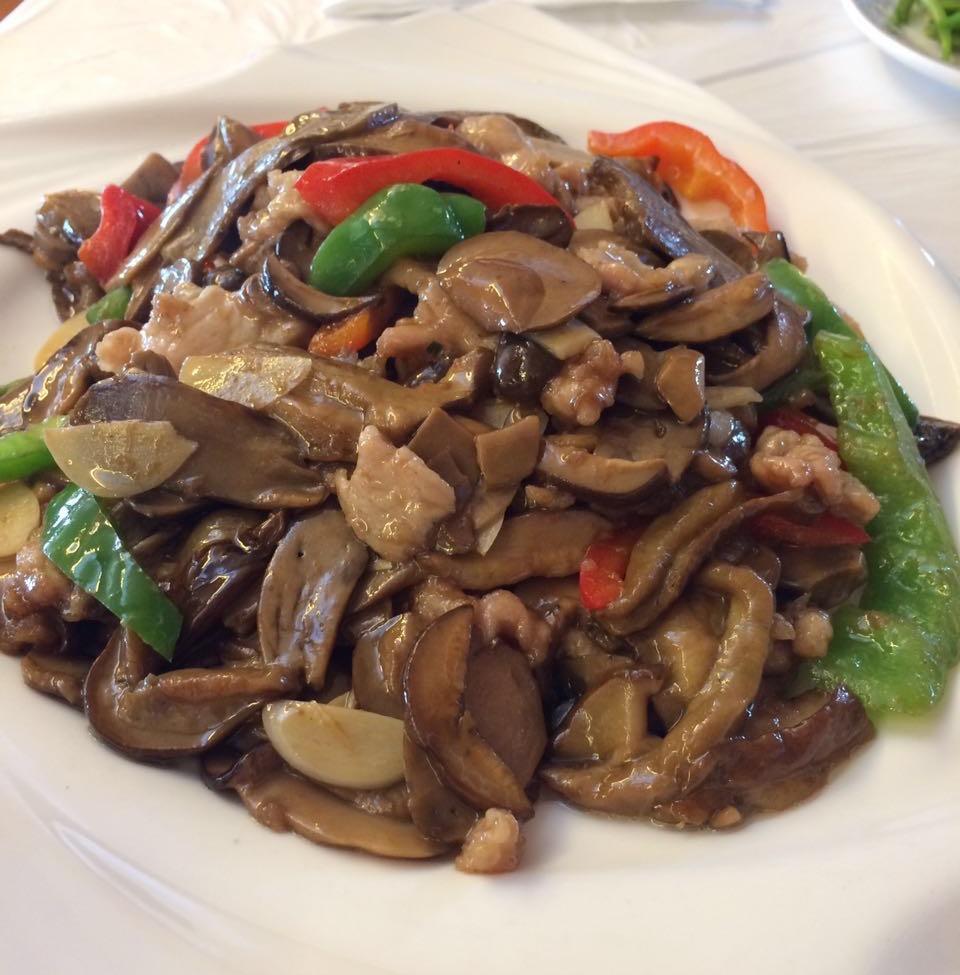 「牛肝菌」という雲南特産の野生キノコです。豚肉と唐辛子で炒めて、これもまた絶品!-in麗江。