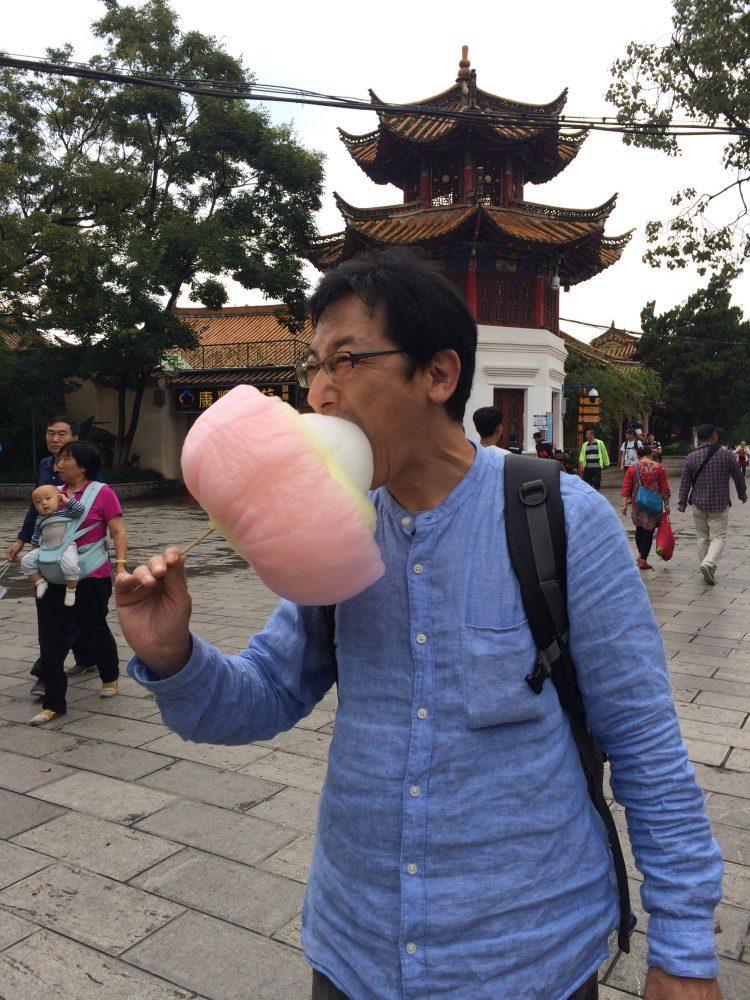 翠湖公園で大好きな綿菓子を頬張る夫。