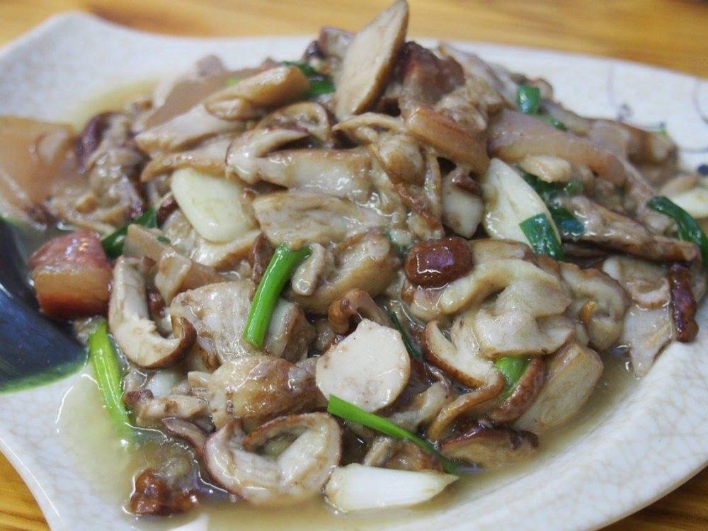 「見手青」という雲南特産の野生キノコです。豚肉と炒めた絶品キノコ料理です-in麗江。