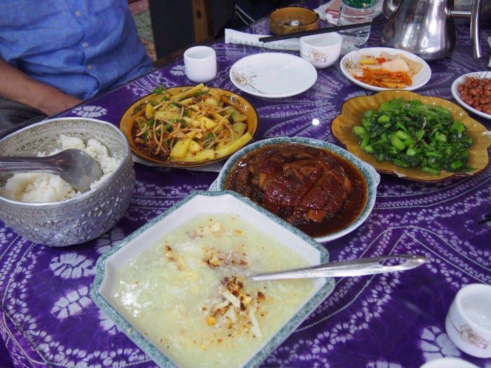 大理古城での昼食、大理では白族料理が多いです。-in大理。
