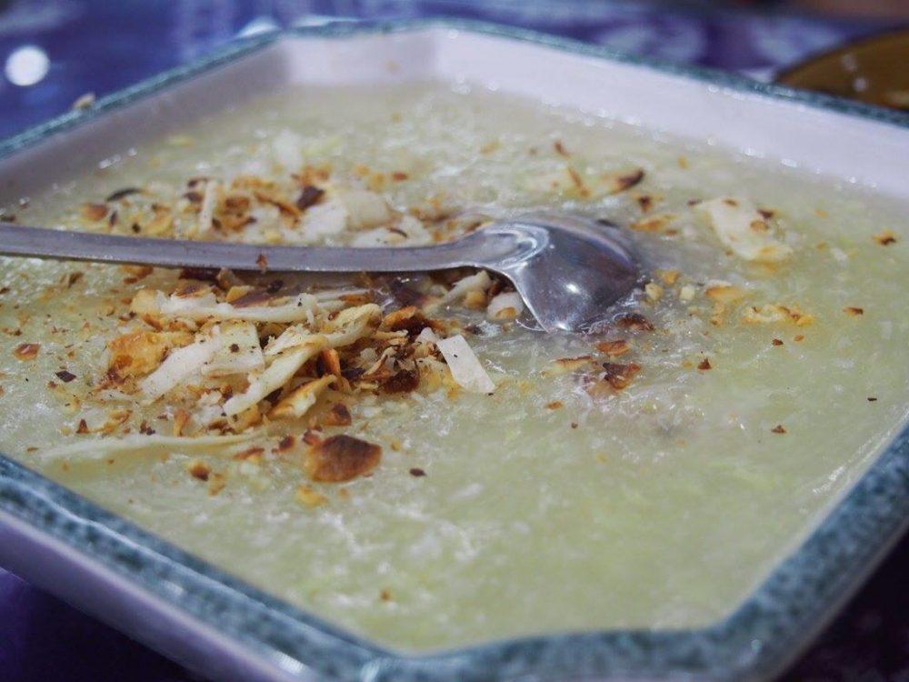 暖かい甘酒にこんがり揚げた山羊のチーズのスライスを砕いてまぶしましたデザートのような料理です。私はこれ大好きです!-in大理。