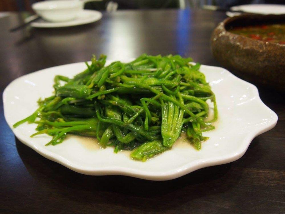 料理名「水性楊花」湖の海藻です。見た目は青菜に似ていて、粘りがあります。私の中でヒットです(^_^)-in麗江。