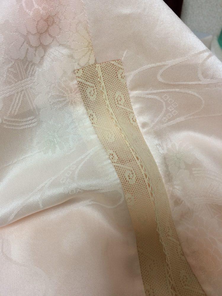 アンダードレスの裾をレースで飾り、歩いた時のチラ見せも楽しみです。