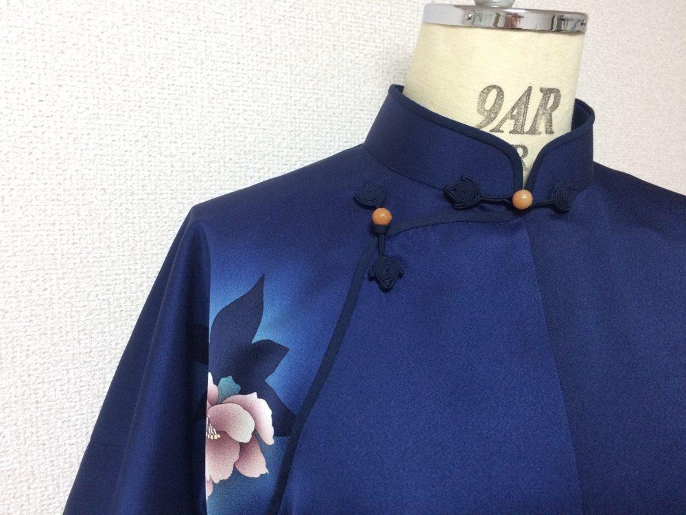 着物の生地は幅が狭い為、平連袖旗袍を作る場合どうしても前中心と後中心に縫い線が入ります。