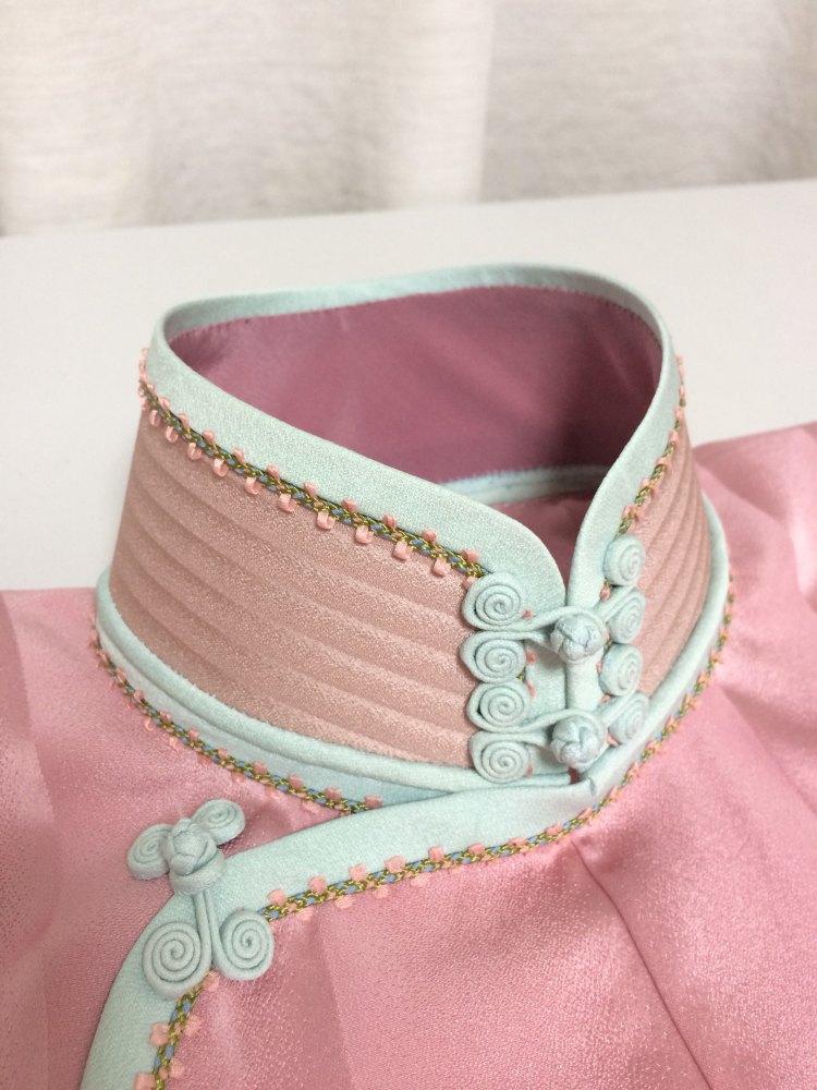 平連袖旗袍は正絹小紋の反物から、ダーツなし。パイピングとチャイナ釦も正絹を使用しました。