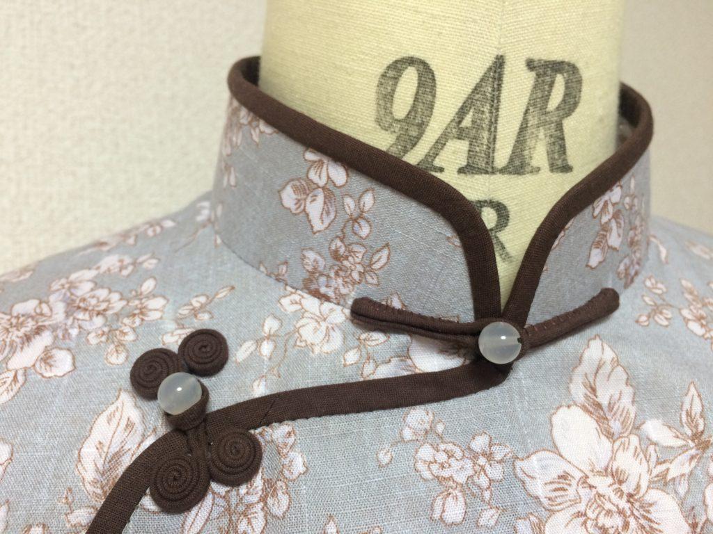 肩に縫い目のある平連袖タイプのチャイナブラウス