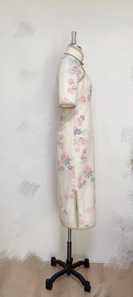横から見て、旗袍のスリットは閉じている方が上品です。