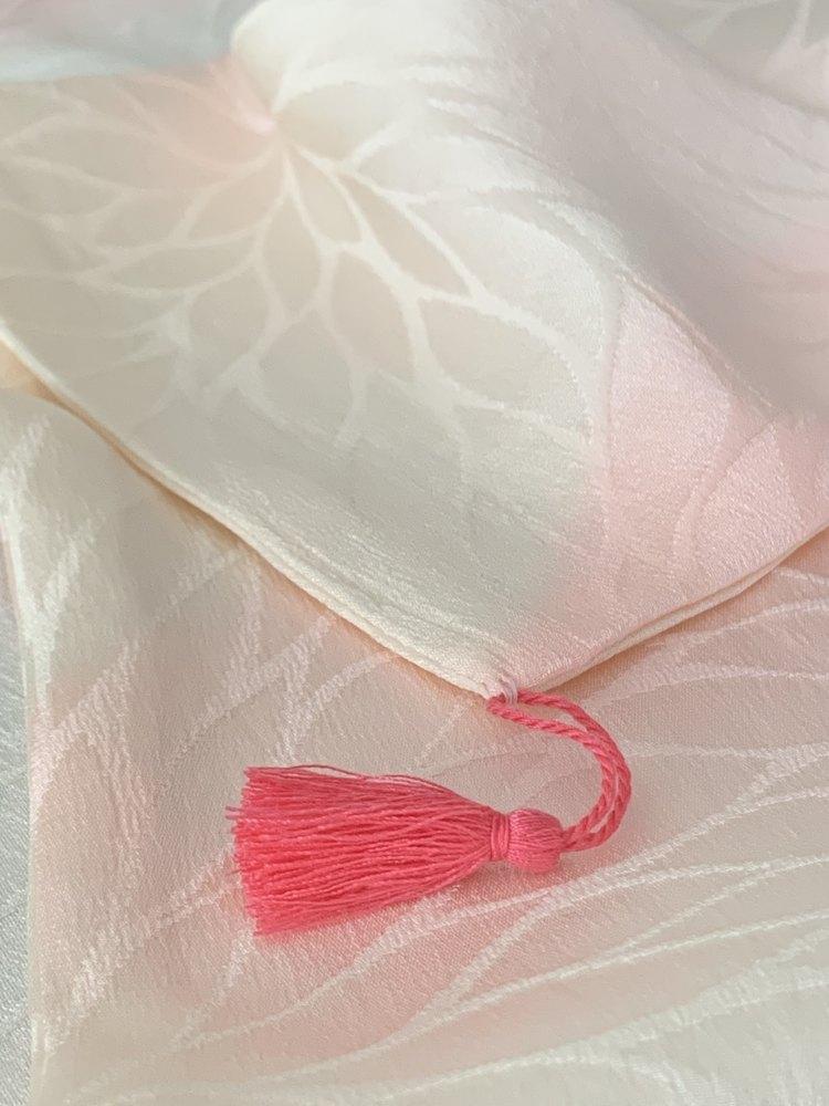 ピンク系の枕カバー、可愛いタッセル付きです。