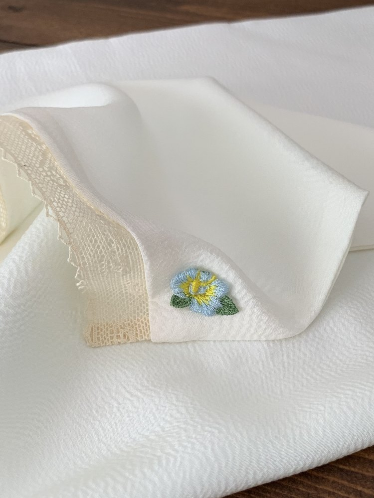 ピンク系の枕カバー、可愛いレースとお花モチーフ付きです。