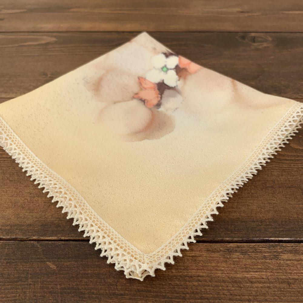 アイロンで形を整えて仕上げた絹のハンカチです