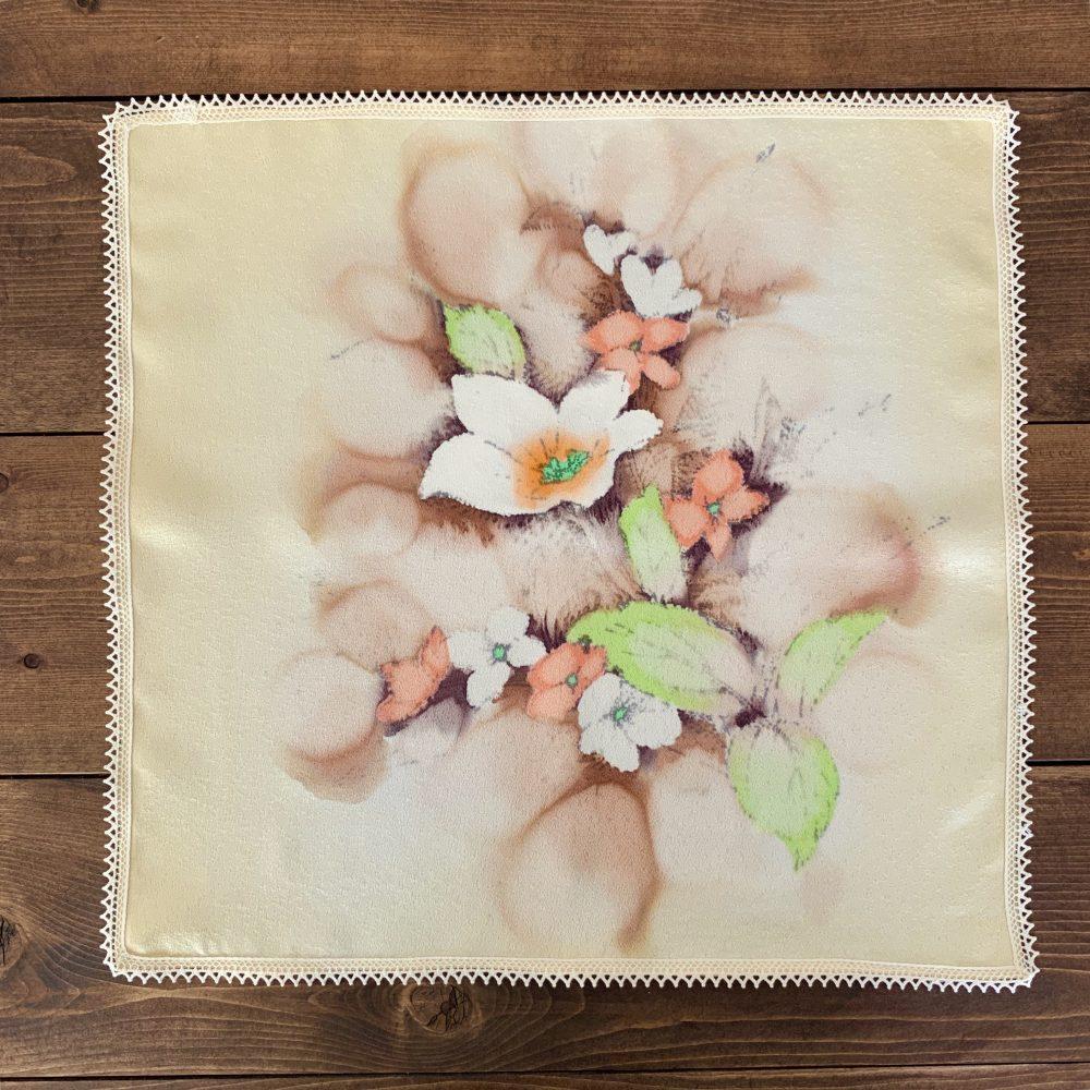 綿レースで縁を飾った絹のハンカチ