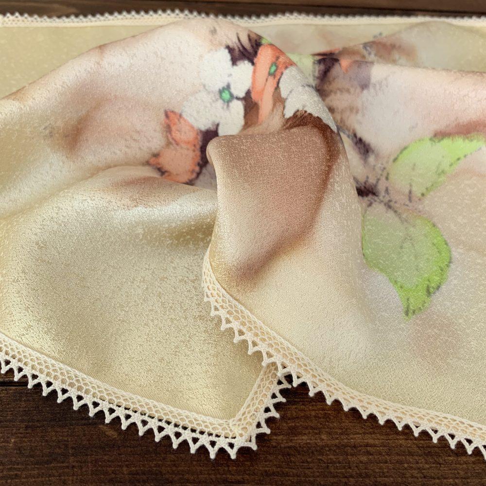 光沢がある絹の生地に綿レースを縫い付けたハンカチ