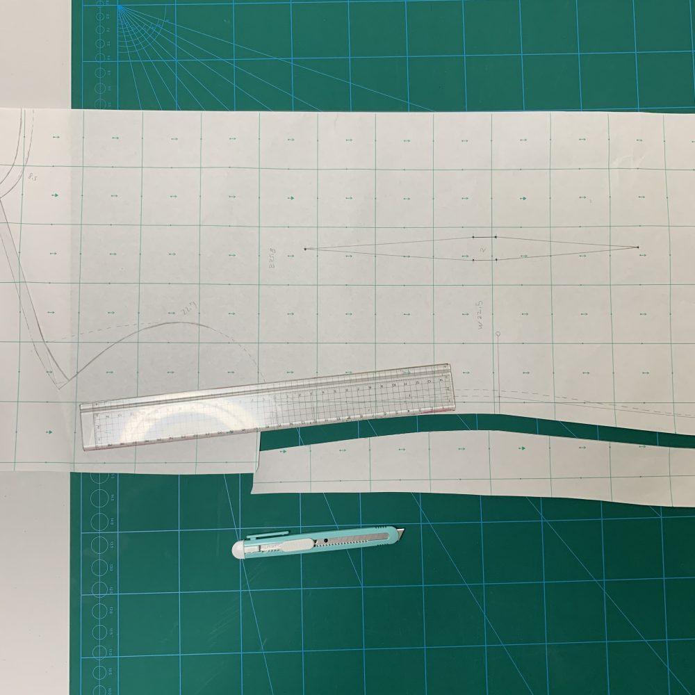 カッティンボードを使って型紙をカットします