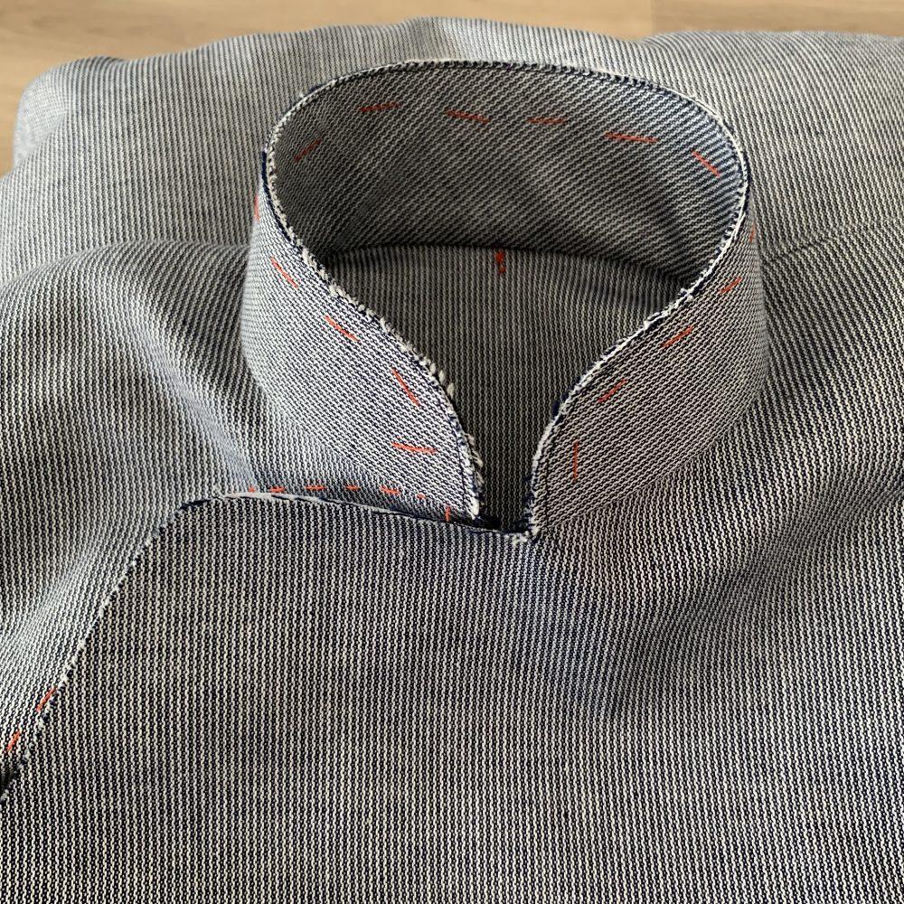 襟にしつけ糸が付いていて、製作中のチャイナドレスです。