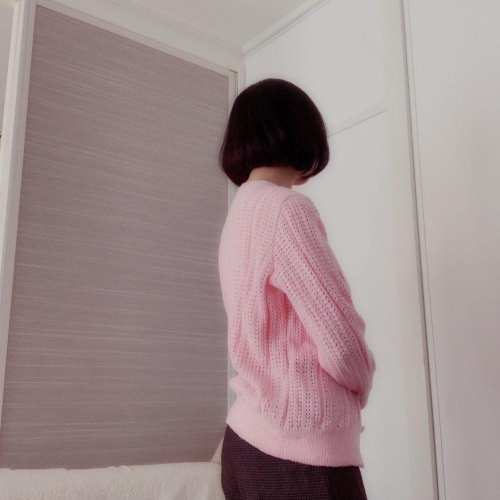 ピンク色の透かし編みのカーディガンにウール素材のワイドパンツと合わせました
