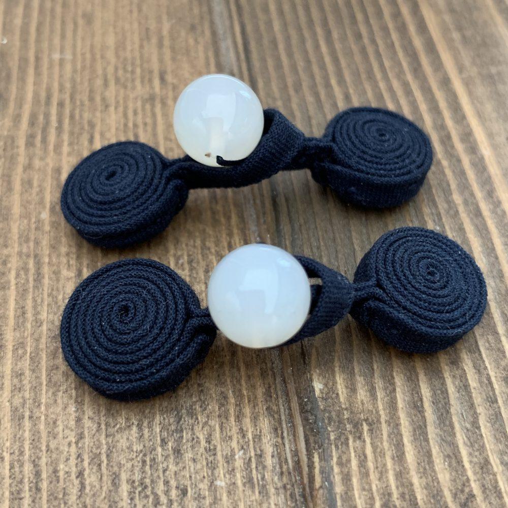 紺色と白メノウで作った丸いデザインのチャイナボタン