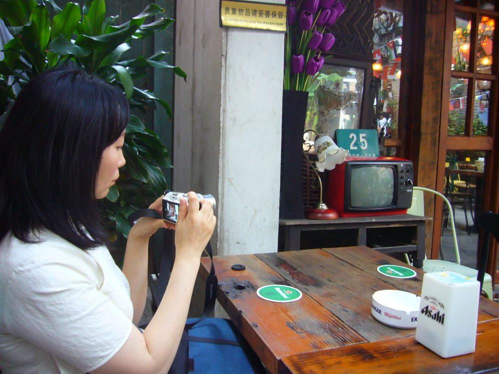 上海田子坊のカフェで写真をチェック
